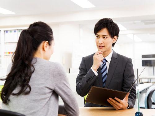 スタッフと話し合う女性